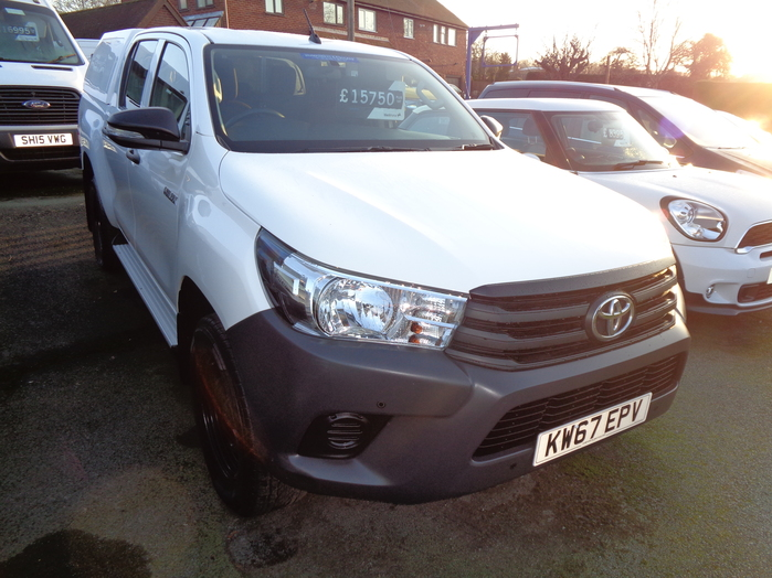 Toyota Hilux 2.4 D4D Active Double cab Pickup, White with Canopy, liner and washing facility